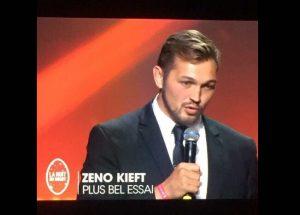 Zeno Kieft neemt prijs in ontvangst